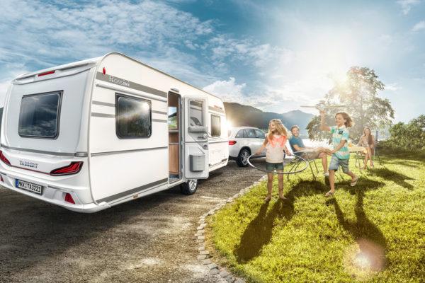 Familie mit TABBERT Wohnwagen in der Sonne am See