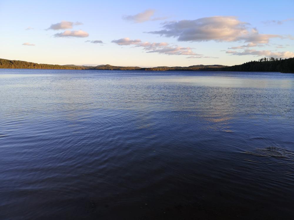 Ruhiger See in der Natur